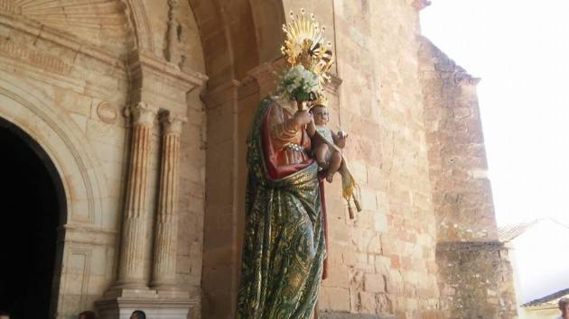 Patrona saliendo de la iglesia parroquial